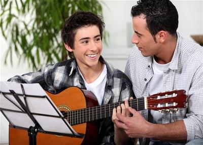 Tự học đàn guitar, nên hay không nên?