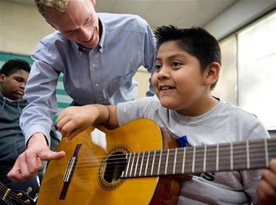 Các khoá dạy học đàn guitar online - Những điều được và mất
