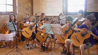 Lớp học đàn guitar cho trẻ em