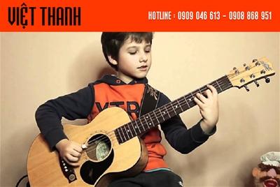 Có nên hay không khi cho bé 5 tuổi học đàn guitar?