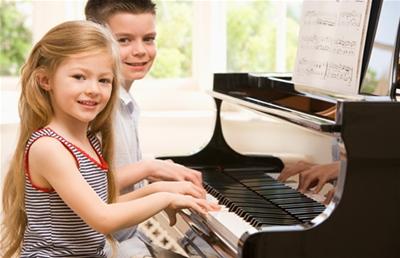 Bé mấy tuổi thì nên cho học Piano và violin