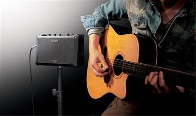 Đàn guitar có thùng khuyết kết nối với amply