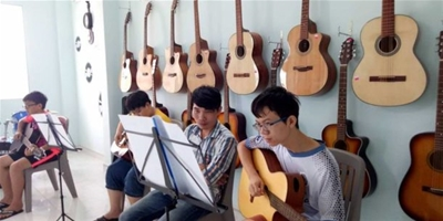 Lớp học đàn guitar vào buổi tối tại Trường Âm Nhạc Việt Thanh