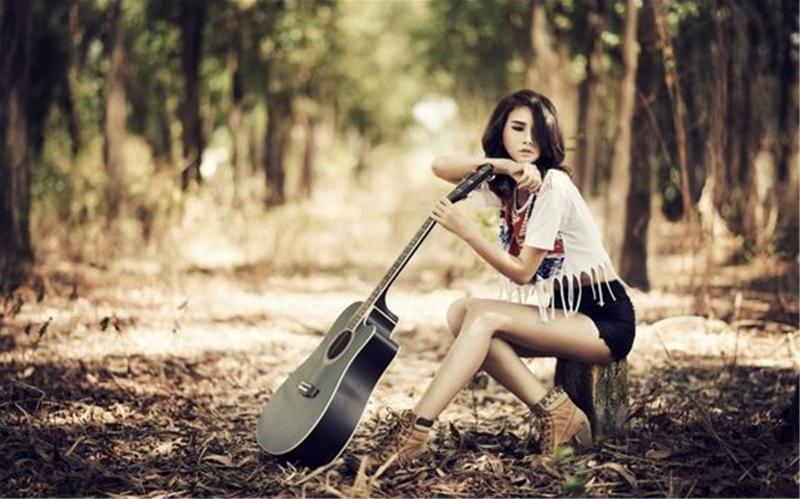 Giá của 1 cây đàn guitar acoustic và guitar classic là bao nhiêu?