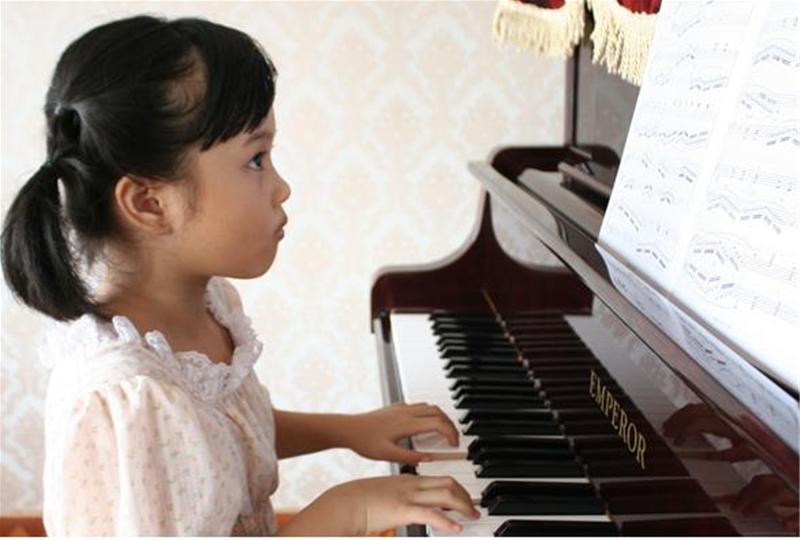 trẻ 5 tuổi có thể học đàn piano